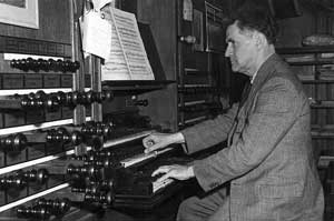 Gerard Bunk in 1950 at the organ of the Evangelisch Lutherse kerk in Den Haag