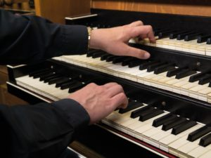The volunteer organist: a gift of God, or an employee with a contract? And does the organist have a right to a vacation?