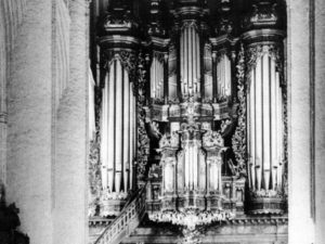 Gottfried Frietzsch and the large organ in Hamburg's St.-Katharinen.  The number of manuals, their compass, and their subsemitones